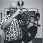 Jaromír Hnilička hraje na hnilofon, dechový nástroj vlastní konstrukce