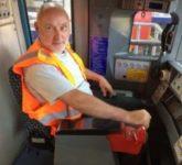 Jah Wobble na strojvůdcovské sedačce londýnského metra v roce 2017