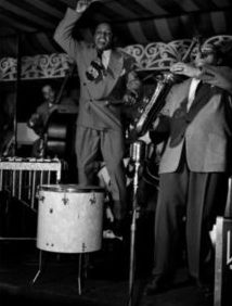 Lionel Hampton a Arnett Cobb v newyorském klubu Aquarium (photo by William P. Gottlieb 1946)