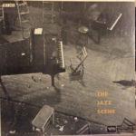 Obálka třetího vydání kompletu The Jazz Scene z roku 1958 v rámci série reedic labelu Clef Records