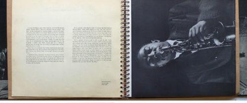 Ukázka dvojstrany s průvodním textem a fotografií Charlieho Birda z brožury k box setu The Jazz Scene (1949, Mercury Records)
