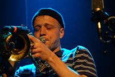 Trumpetista a hráč na křídlovku Johnny Woodham (photo by twitter: @cernejpudinkcz)