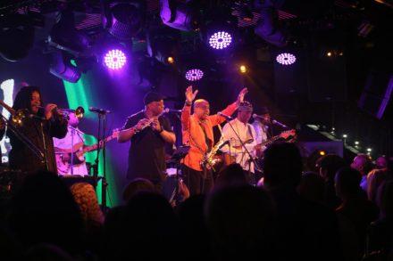 Koncertní atmosféra při vystoupeních Brit Funk Association je plná pozitivních vibrací