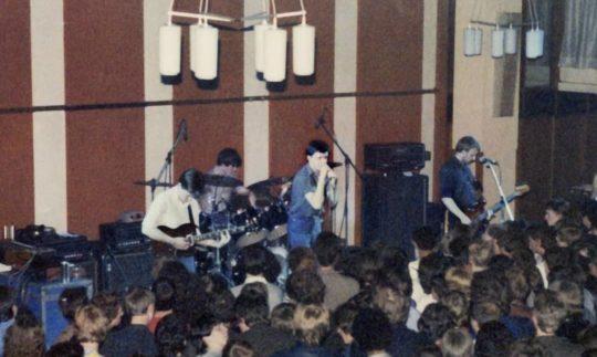Joy Division na pódiu High Hall v Birmingham University, 2. května 1980 (Pics by Dave Haslam)