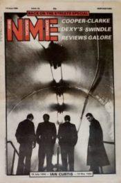 Vydání New Musical Expressu ze 14. června 1980 s legendární fotografií Joy Division od Antona Corbijna, na níž se jako jediný ohlíží Ian Curtis, zbytek kapely jakoby hledí kupředu