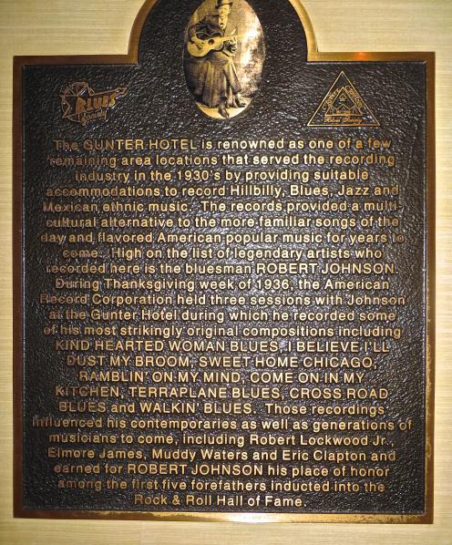 Plaketa v lobby hotelu Gunter v San Antoniu připomíná, že se zde v roce 1936, ve dnech svátku Díkuvzdání, uskutečnily legendární nahrávací frekvence s bluesmanem Robertem Johnsonem