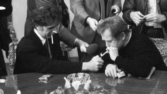 Frank Zappa a československý prezident Václav Havel na Pražském hradě (1990)