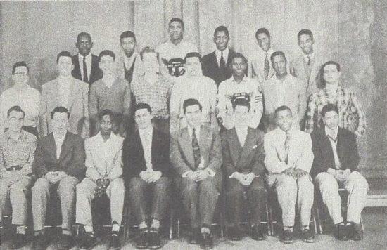 Fotografie třídy z detroitské střední školy Cass Tech z roku 1953 (horní řada druhý zleva Paul Chambers, Ron Carter stojí druhý zprava). V dolní řadě, pátý zleva, sedí jejich učitel a také kapelník školního orchestru Harry Begian.