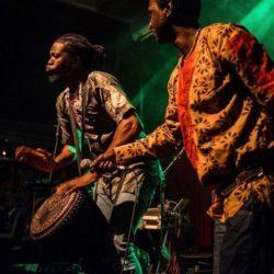 Hráč na africký buben djembe Yahael Camara Onono