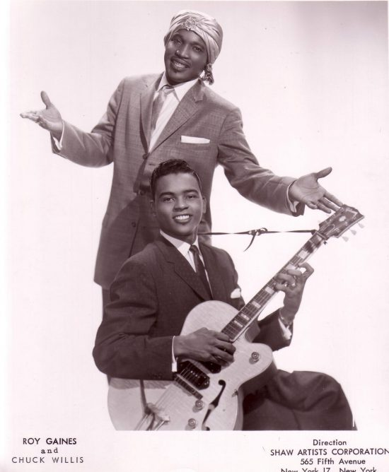 Promo fotografie zpěváka Chucka Willise a kytaristy Roye Gainese