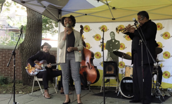 Samara Joy v Louis Armstrong House za doprovodu Jona Faddise, Andrewa Latona, Mikeyho Miglorea a Jaylena Petinauda (zdroj web https://samarajoy.com)