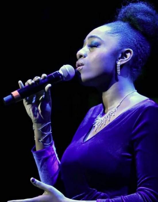 Samara Joy zpívá píseň Autumn Nocturne během soutěžního vystoupení na osmém ročníku Sarah Vaughan Competition (zdroj web https://samarajoy.com)