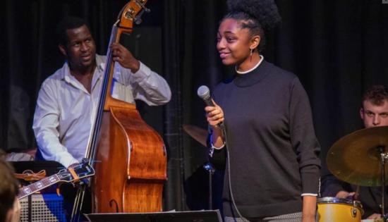 Samara Joy v Nuyorican Poets Cafe při jam session Banana Puddin' Jazz (zdroj web https://samarajoy.com)